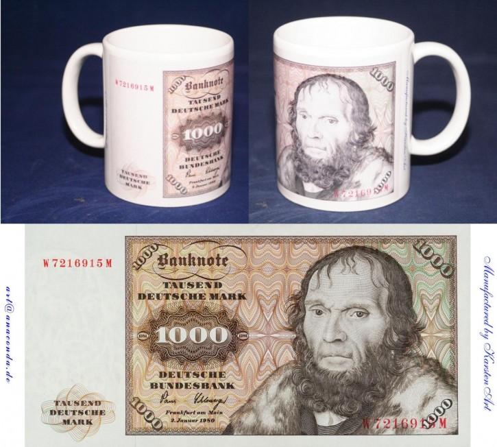 1000 DM- Schein der Serie I auf Kaffeebecher
